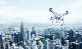 De Luchthommel van foto Witte Matte Generic Design Remote Control met de Vliegende Hemel van de actiecamera onder Stad Moderne me Royalty-vrije Stock Foto's