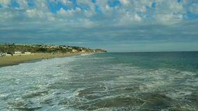 De luchthommel van de hommelmening vliegt over strand die omhoog grote golven verbazen Californië de V stock footage