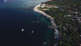 De luchthommelmening van boten verankerde in de baai met duidelijk en turkoois water stock videobeelden