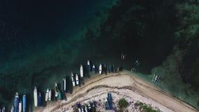 De luchthommelmening van boten verankerde in de baai met duidelijk en turkoois water stock video