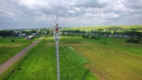 De luchtingenieursspecialist maakt doet de onderhoudsdienst die aan de toren van de telecommunicatiecel werken Cellulair Cellphon stock videobeelden