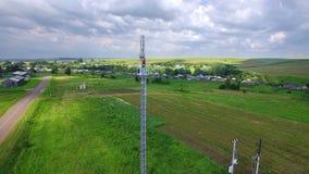 De luchtingenieursspecialist maakt doet de onderhoudsdienst die aan de toren van de telecommunicatiecel werken Cellulair Cellphon stock video
