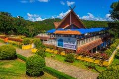 De luchtkabelcontainer tussen de pagode en Tuyen Lam Lake van Truc Lam in Dalat Royalty-vrije Stock Foto's