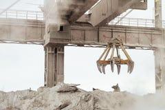 De luchtkraan met mechanische multivalve clamshell grijpt in hete in openlucht bedrijfwinkel royalty-vrije stock afbeelding