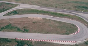 De luchtlengte van autorennenspoor met hoekenkampioenschap cinematic drijven kijkt de asfalt gebrande mede hoge snelheid van de b stock videobeelden