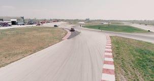 De luchtlengte van autorennenspoor met hoekenkampioenschap cinematic drijven kijkt de asfalt gebrande mede hoge snelheid van de b stock video