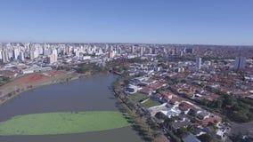 De luchtlengte van de stad van Sao Jose doet Rio Preto in de staat van Sao Paulo in Brazilië Juli, 2016 stock video