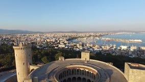 De luchtlengte van Palma de Mallorca over Bellver-Kasteel stock videobeelden