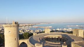 De luchtlengte van Palma de Mallorca over Bellver-Kasteel stock video