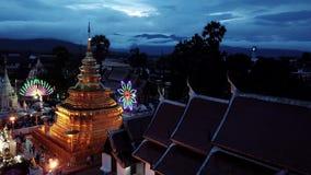 De luchtleren riem van meningswat phra that sri chom in Chiang Mai, Thailand stock footage