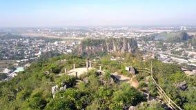 De luchtmeisjeskerel geniet van landschap van punt van het heuvel het hoogste vooruitzicht stock video