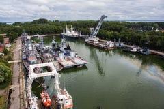 De luchtmening aan Russische militaire schepen van Baltische vloot verankerde in de baai stock afbeelding