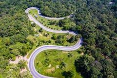 De luchtmening van auto's gaat door een krommeweg Stock Fotografie