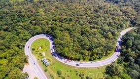 De luchtmening van auto's gaat door een krommeweg Royalty-vrije Stock Fotografie