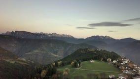 De luchtmening van de berghorizon: Schlern, Rosengarten en Latemar, Oostelijke Alpen, Alto Adige, Italië stock footage