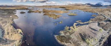 De luchtmening van de weg door het verbazende landschap van Rannoch legt vast Royalty-vrije Stock Foto