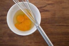 De luchtmening van ei in kom met draad zwaait Stock Afbeelding
