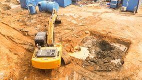 De luchtmening van Gevolgd graafwerktuig begint grond te graven voorbereidingen treffend om flat te bouwen spoorschoffel het werk royalty-vrije stock afbeeldingen