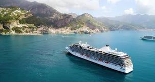 De luchtmening van Groot cruiseschip kwam aan Amalfi in Italië stock footage