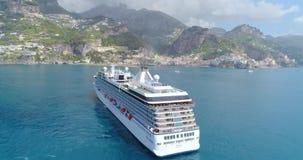 De luchtmening van Groot cruiseschip kwam aan Amalfi in Italië stock video