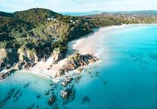 De luchtmening van het strand De hoogste mening van Nice van de blauwe oceaan, verpletterende golf en het witte zand stock foto's