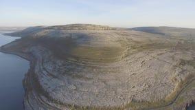 De luchtmening van het vogelsoog van burren nationaal park toneeltoerismelandschap voor Unesco-de plaats van de Werelderfenis en  stock videobeelden
