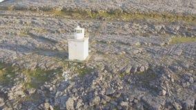 De luchtmening van het vogelsoog van burren nationaal park toneeltoerismelandschap voor Unesco-de plaats van de Werelderfenis en  stock video