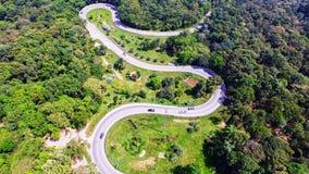 De luchtmening van hommel van auto's gaat door een krommeweg op de berg Royalty-vrije Stock Foto