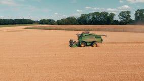 De luchtmening van maaidorser Oogst van tarwegebied Industriële achtergrond op landbouwthema Landbouw en stock videobeelden