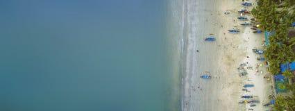 De luchtmening van mooie kustlijn van Indische Oceaan met tropisch bos, zandig strand, kalmeert blauwe water en vissersboten in G royalty-vrije stock afbeelding