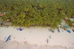 De luchtmening van mooie kustlijn van Indische Oceaan met tropisch bos, zandig strand, kalmeert blauwe water en vissersboten in G royalty-vrije stock fotografie