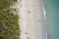 De luchtmening van mooie kustlijn van Indische Oceaan met tropisch bos, zandig strand, kalmeert blauwe water en vissersboten in G stock fotografie