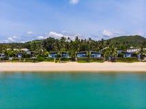 De luchtmening van mooie tropische strand en overzees met bomen is  Stock Foto