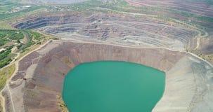 De luchtmening van overstroomde steengroeve mijnbouw-Vulling steengroeve is overstroomd stock footage
