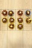 De luchtmening van Pasen-Cake behandelt geschikt op een koelrek Stock Foto