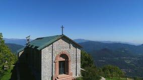 De luchtmening van San Martino Church, is gesitueerd bovenop San Martino Mount in Duno, provincie van Varese stock footage