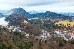 De luchtmening van Schloss van het Hohenschwangaukasteel met meer en Beierse alpen Royalty-vrije Stock Fotografie