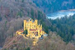 De luchtmening van Schloss van het Hohenschwangaukasteel met meer en Beierse alpen Stock Foto