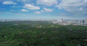 De luchtmening van Sri Nakhon Khuean Khan Park en Botanische Tuin wordt gevestigd in Klap Krachao, Phra Pradaeng, de Provincie T  stock footage