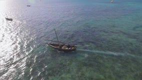 De luchtmening van vissers gaat op zeilboten uit aan de oceaan voor visserij zanzibar stock video