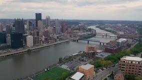 De luchtpa Van de binnenstad van Pittsburgh van de Perspectief Donkere Recente Middag stock video