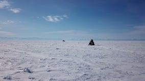 De luchtrit van meningssneeuwscooters op het bevroren Meer Baikal in de winter stock video