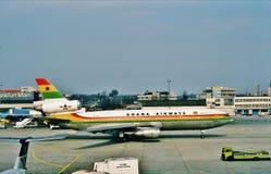 De Luchtroutes McDonnell Douglas gelijkstroom-10-30 van Ghana Taxi?ende Frankfurter worstje Internationale Luchthaven, Duitsland  Stock Foto's
