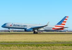 De Luchtroutes N936UW Boeing 757-200 van de vliegtuigv.s. stijgt bij Schiphol luchthaven op Stock Afbeelding