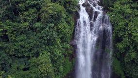 De luchtschuine stand van de kraanstijl schoot neer met hommel boven mooie het paradijswaterval van Bali en wildernisregenwoud in stock footage