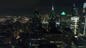 De luchtstad Philadelphia van het Meningscentrum & Omringend Gebied bij Nacht stock videobeelden