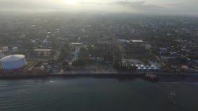 De luchtstad van Ampenan van de hommelmening in Lombok stock footage