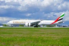 De Luchtvaartlijn Boeing van emiraten 777 vliegtuigen landt in de Internationale luchthaven van Pulkovo in heilige-Petersburg, Ru royalty-vrije stock afbeelding