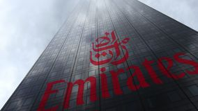 De Luchtvaartlijnembleem van emiraten op een wolkenkrabbervoorgevel die op wolken wijzen Het redactie 3D teruggeven Royalty-vrije Stock Foto's