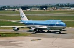 De Luchtvaartlijnen Boeing B-747-206B N1298E van KLM Royal Dutch komt in Hamburg, Duitsland aan Stock Foto's